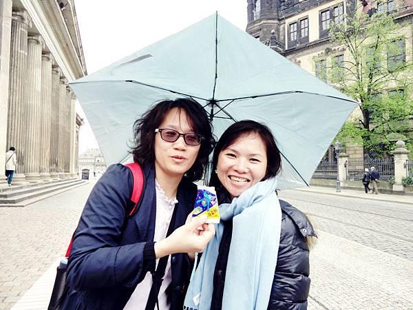 想念台灣的西北雨,拿出科學麵 (美香:怡芬妳吃啊~)