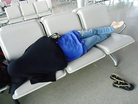在浦東機場轉機,要等五小時,大家累癱了,不計形象躺臥椅上休息。我先睡醒,偷拍美香睡姿。
