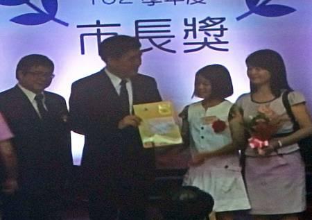 只有一位家長陪同上台  爸爸在轉播室拍下市長頒獎的畫面