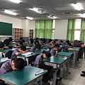 熊牧師帶學生禱告