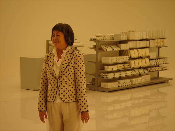 飾演奶奶的演員與7-11貨架 2