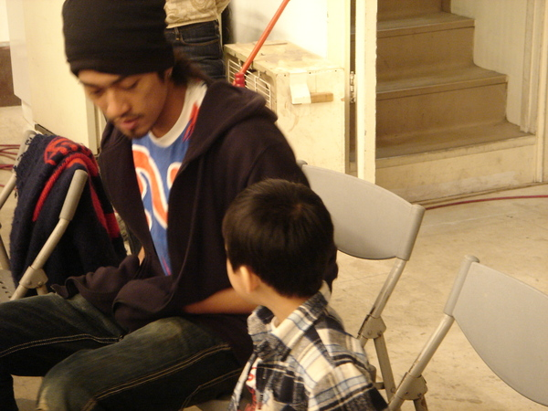 美術賽與還沒換衣服的小男孩演員