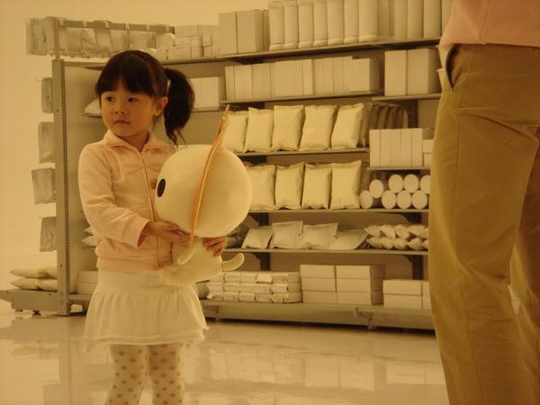 小女孩抱著OPEN將正在聽工作人員的指示