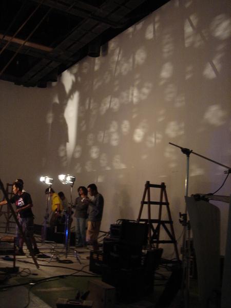party景投射出來打在牆上的光影