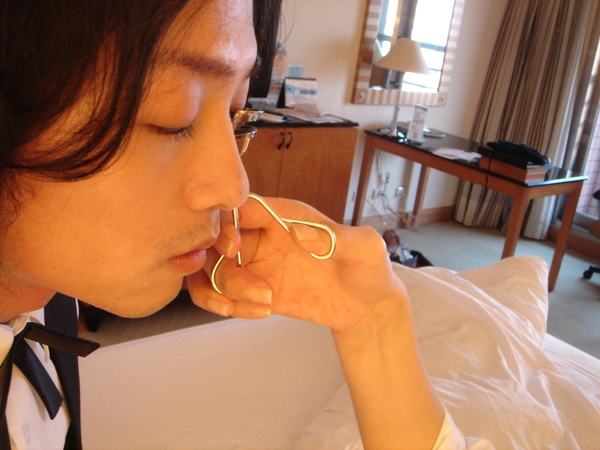 典禮前:小魚在飯店房間幫Luke夾睫毛