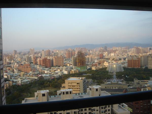 典禮前:我們的飯店房間在23樓,從落地窗望出去,綠樹部分是勤美誠品一帶