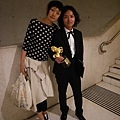 得獎後:小魚與Luke在會場外的樓梯間