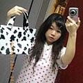 衣服跟手上的乳牛包包也是今天買的~.jpg