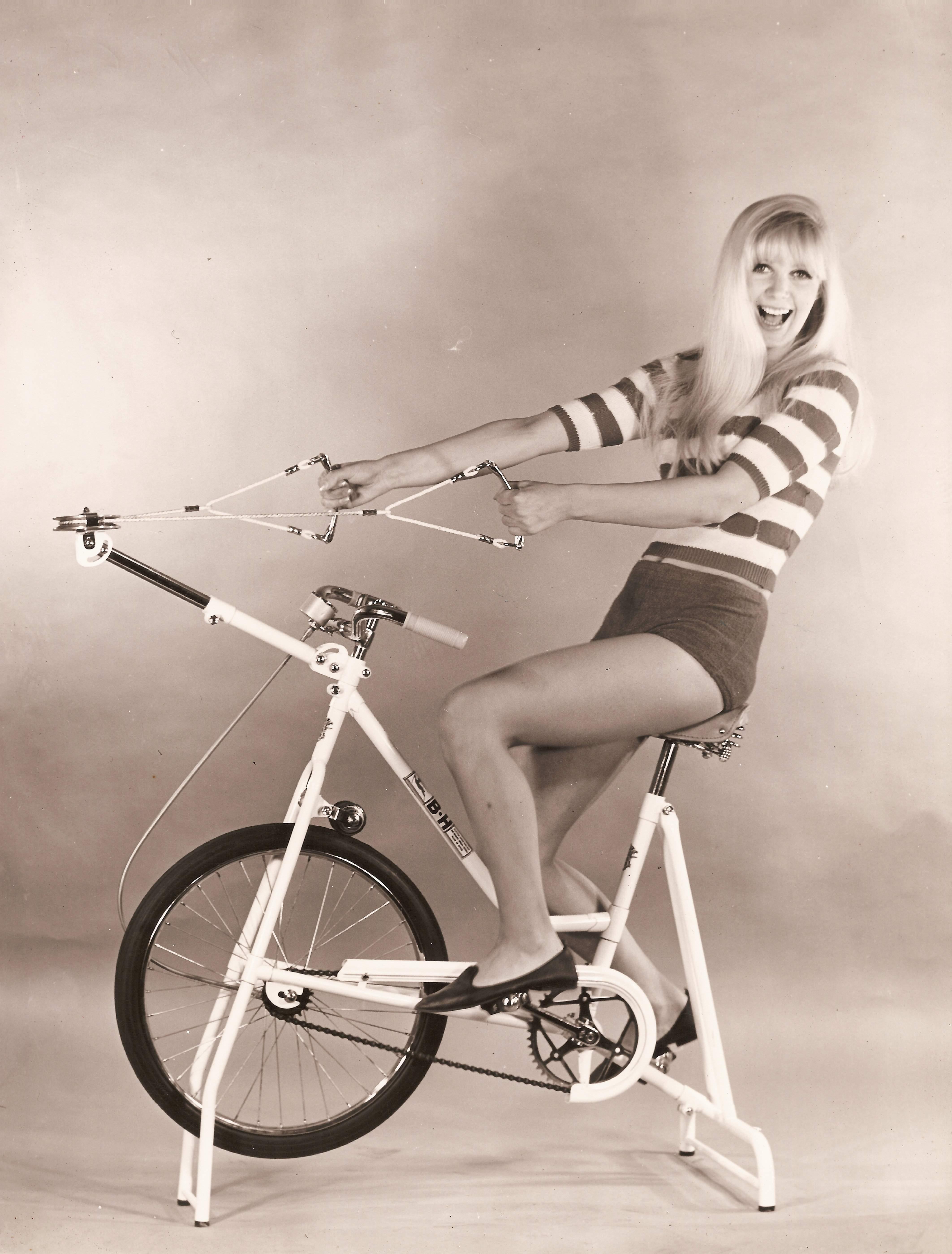 騎著健身車的模豆.jpg