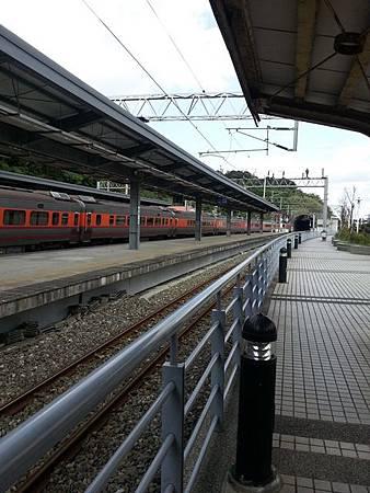 (圖二)略彎曲的站軌與山佳隧道.jpg