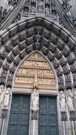圖七 教堂的正門,令人驚艷的聖像可以想像當年工匠如何精細雕刻,仿若這身時空大門前,遙想1914年時的人們也由此出入。.JPG