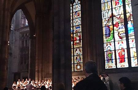 圖九 彩繪玻璃與唱詩班─ 筆者參與主日彌撒當天也是使徒聖瑪竇 (St. Metthew)紀念日,當日由女子唱詩班為信眾獻唱,其成員皆為青少女。.JPG