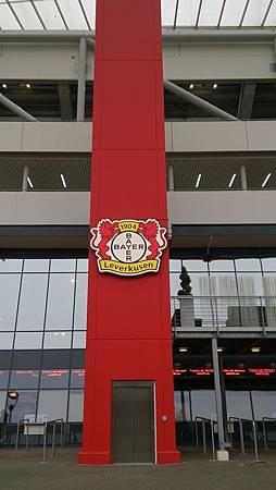 圖一 拜耳競技場柱上的隊徽.JPG