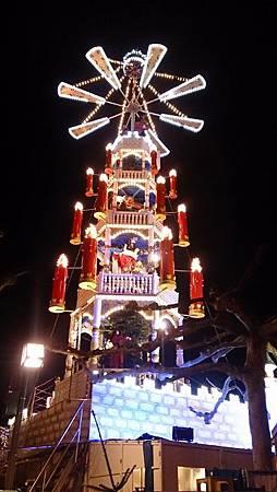 圖一 大型的音樂鐘塔 (共四層,上面的玩偶為聖誕老人、雪人、鹿與雪橇) (360x640).jpg