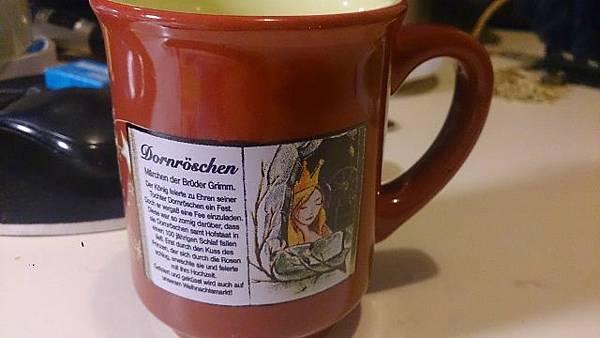 圖三 每個聖誕市集都有其專屬的酒杯,2014年度的卡塞爾馬克杯故事為睡美人(德語 Dornröschen) (640x360).jpg