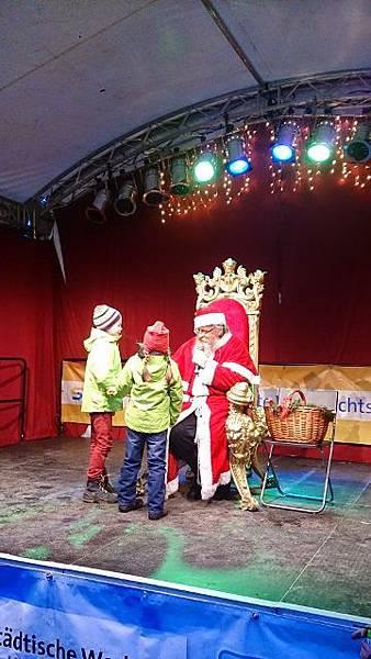 圖六 聖誕市集當然少不了聆聽小朋友們願望的聖誕老人 (360x640).jpg