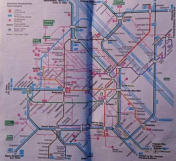 圖二 錯綜複雜的維也納地鐵圖,不難看出老城區是以史蒂芬廣場為中心向南向北皆有更大型的地鐵轉換車站。(圖上的粉色細線則代表接到上的有軌電車路線).JPG