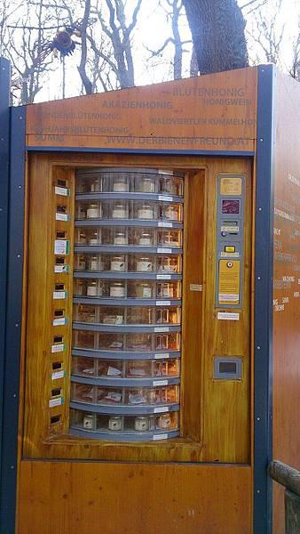 圖八 動物園內所設置的場館與台北市立動物園大同小異,但令筆者驚奇的是,此為一台販賣有機蜂蜜的自動販賣機。.JPG