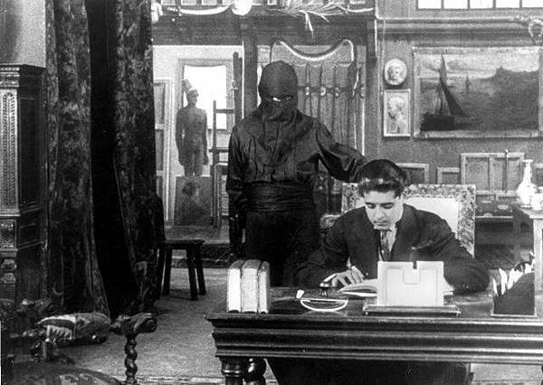 Louis Feuillade 所翻拍的電影Fantômas,圖中黑布遮臉的即為主角方托馬斯.jpg