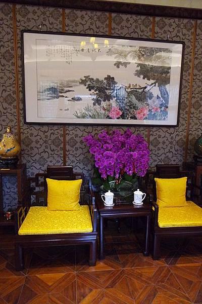 〈圖三〉此為見證歷史的兩張太師椅,曾有許多著名台灣人士到此參觀.jpg