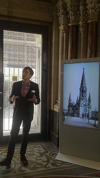 圖三:導覽的帥哥賣力講解。舊教堂周一至周六 1315、1400、1500免費導覽團。.JPG