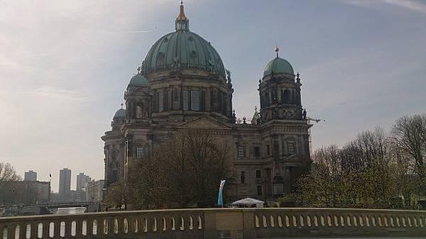 圖五 經Karl-Liebknecht Straße 看柏林大教堂.JPG