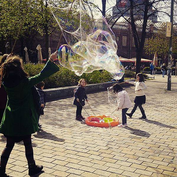 圖八 哈克雪廣場上小妹妹們玩大泡泡。.jpg