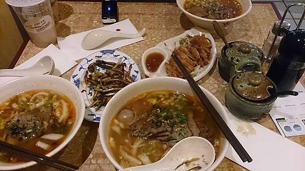 圖六 龍門牛肉麵大王單價不便宜,大碗要價大碗牛肉麵 6.4€、豬耳朵一盤3.6€(2015年價格).JPG