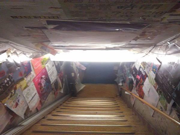 照片二  通往地下書店的樓梯 .jpg