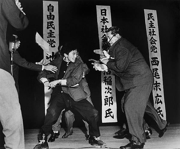 圖一 右翼少年山口二矢(左)刺殺社會黨黨首淺沼稻次郎(右)(拍攝/長尾崎).jpg