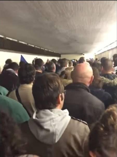 圖二疏散時壅擠的人潮.jpg