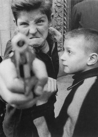 (圖一)《槍》,於1954年紐約百老匯第103號街.jpg