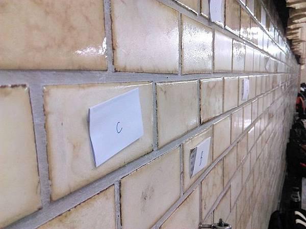 圖二(貼在牆上的學長姊名條).jpg