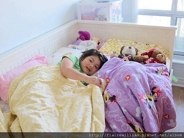 Aileen開始睡自己房間囉 (她叫我要幫她拍照留念這一刻)