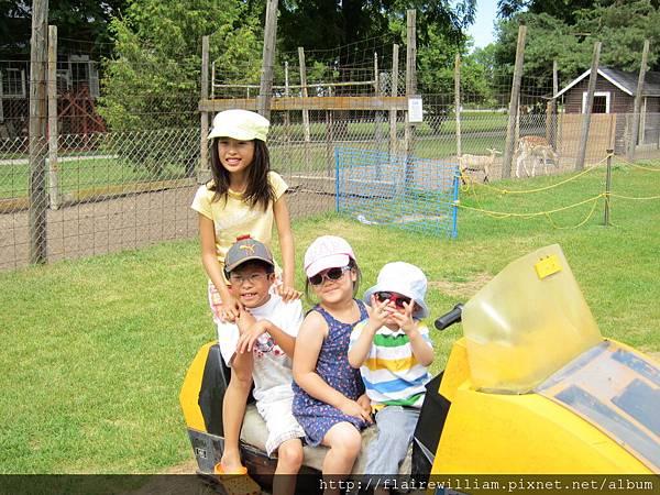 2011-08-05 和Anita, Andrew, Eason一起去餵小動物