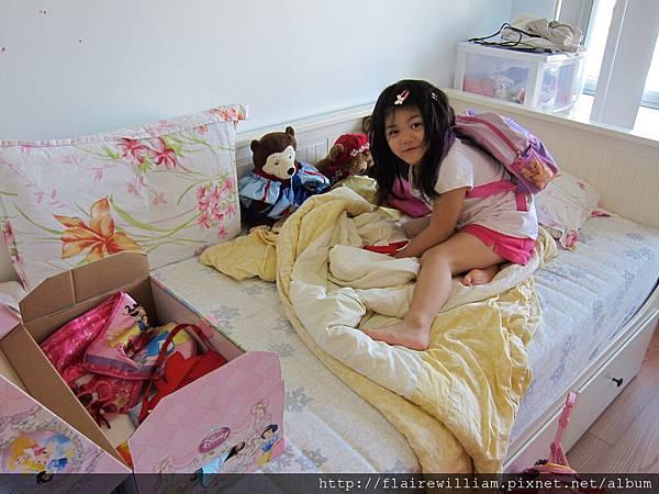 Aileen幫她的玩偶穿上公主的衣服. (那些其實是她的衣服, 但她穿不下了 ^^)