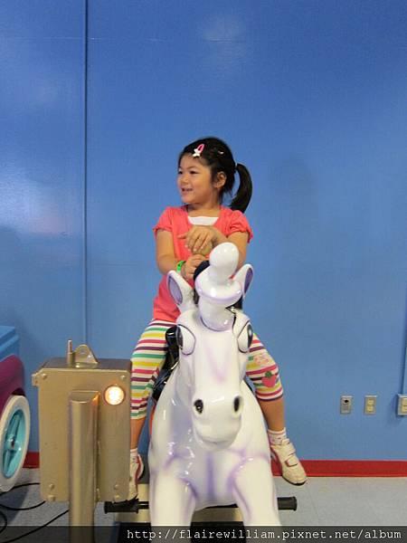 騎白馬. (其實沒投錢讓她坐, 但她也做的很開心...)