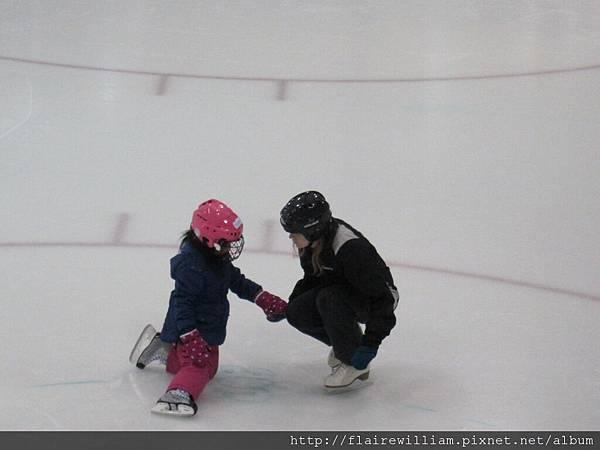 老師把輔助工具收掉了, 要小朋友試著自己平衡滑行...一開始一直跌倒 ^^
