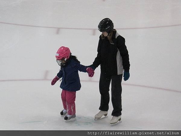 老師牽著Aileen讓她試試滑行.