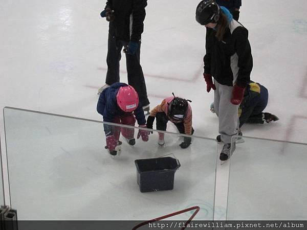 往箱子滑行時, 又差點跌倒了 ^^ (要把娃娃放回箱子裡.)
