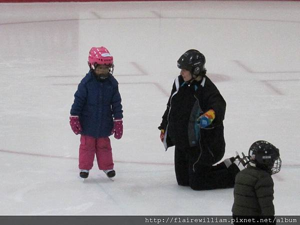這一區的老師感覺上比較有耐心, Aileen很小心動作很慢, 她怕跌倒, 但老師都願意等慢慢的她.