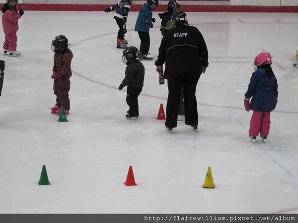 開始練習彎曲滑行.
