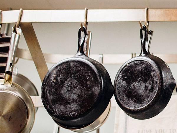 cookware-frying-pan-hanging-2868977.jpg