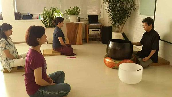 03-在祈明老師的鉢聲中身體的氣脈層層開啟,回歸身體不再向外投射,和自己同在。