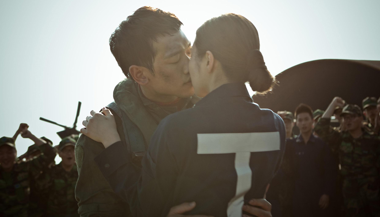 Rain申世京空軍包圍甜蜜接吻照(圖片源自R2B韓國官網)