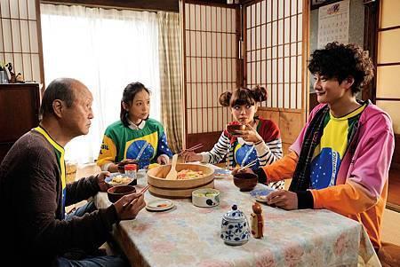 石橋蓮司(左起)、永作博美、二階堂富美、岡田將生為四九狂歡宴努力準備各式料理