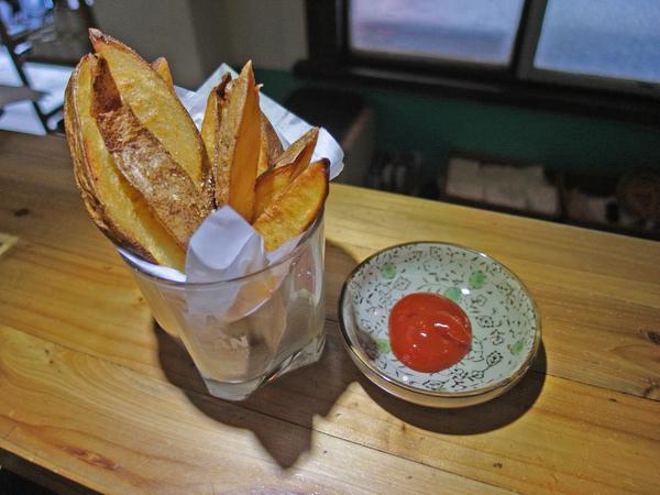 盛盤後灑上黑胡椒(因泡過鹽水已有鹹味,若覺不足可再灑鹽),也可搭配蕃茄醬享用。