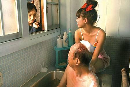 二階堂富美(右1)在【四十九日的幸福秘方】化身蘿莉,穿著比基尼蹦出D奶好身材,幫石橋蓮司(右2)擦背陪洗香香,被飾演女兒的永作柏美當場抓包