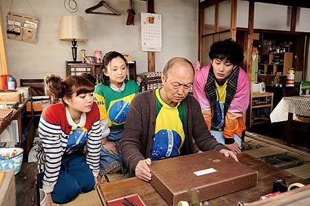 石橋蓮司(右2)搬了麻將桌到片場,沒事就拉著永作博美(左2)、岡田將生(右1)、二階堂富美(左1)等「家族成員」在牌桌上培養感情