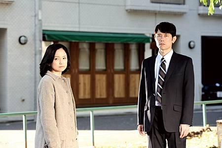 時常出現在【男女糾察隊】的搞笑藝人原田泰造(右),此次在【四十九日的幸福秘方】突破演出婚姻出軌的丈夫
